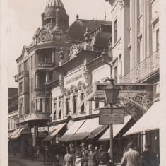 ARAD STR. GENERAL BERTHELOT CU HOTEL CRUCEA ALBA SI BANCA INDUSTRIALA POPULARA - Carte Postala Crisana 1904-1918, Necirculata, Fotografie