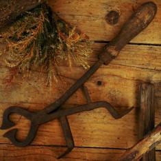 UNEALTĂ ȚĂRĂNEASCĂ PT. TĂIAT, CLEȘTE VECHI FĂURIT DIN FIER ȘI LEMN ÎN ANII 1800! - Metal/Fonta, Scule si unelte