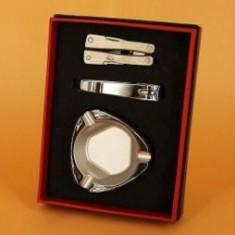 Setul cadou contine scrumiera, unghiera si briceag multifunctional.