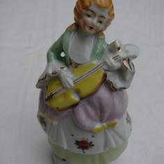 Bibelou din portelan german - femeie cantand la vioara