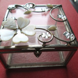 Cutiuta veche foarte frumoasa, probabil pentru bijuterii: Rama de metal, sticla