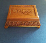 Cutie - caseta veche sculptata in lemn