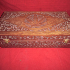 Cutie din lemn masiv sculptata manual 43x21x14 cm
