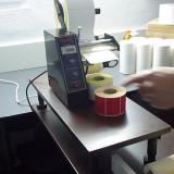 Dispenser automat de etichete autoadezive