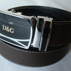 Curea D & G marou inchis pt. pantaloni, blugi, cu catarama metalica negru-argintie - Curea Barbati Dolce & Gabbana, Marime: Marime universala, curea si catarama