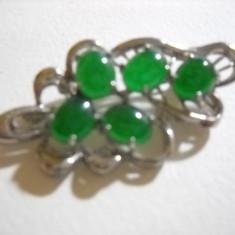 Brosa cu cristale verzi