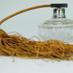 Decor vintage, sticluta veche din cristal pentru parfum cu pulverizator, pompita