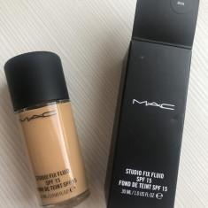 Fond de ten Mac Cosmetics Mac Studio Fix Fluid SPF15 cu acoperire mare Nuanta NC40, Lichid