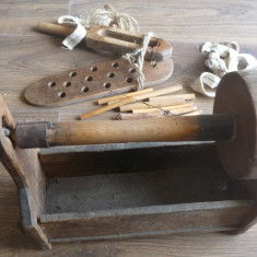 Piua si batator, secol 18 ; Suveica si elemnte de razboi de tesut, lampa