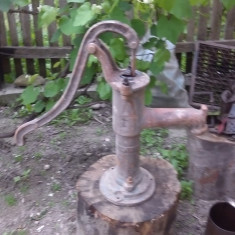 Veche Pompa manuala din fonta pt scos apa