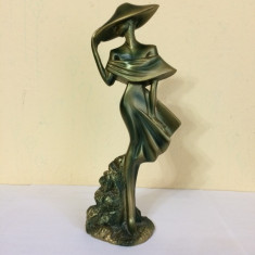 Statueta bibelou ce reprezinta o femeie cu palarie - Figurina/statueta
