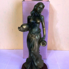 Statueta bibelou ce reprezinta o femeie cu ulcioare de apa - Figurina/statueta