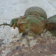Moara de porumb din fonta, modificata pe fulie