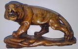Bibelou leu (sau tigru) din piatra dura cu postament lemn, origine Asia
