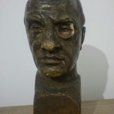 Barbat cu monoclu/ sculptura C. (Cornel) Medrea