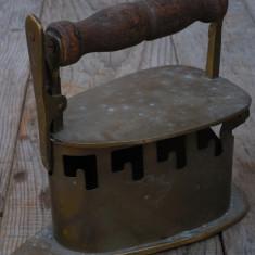 FIER DE CĂLCAT PE CĂRBUNI REALIZAT DIN BRONZ CU MÂNER DE LEMN - 1 KG GREUTATE! - Metal/Fonta, Scule si unelte