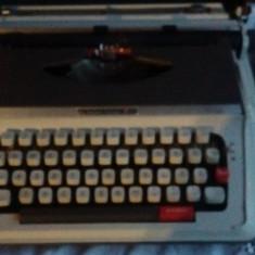 Masina de scris portabila + o banda noua sigilata