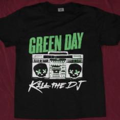 Tricou Green Day -Kill the DJ, inclusiv XS, calitate 180 grame, tricouri rock - Tricou barbati, Marime: S, M, L, Culoare: Negru, Maneca scurta