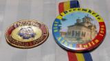 1 DECEMBRIE 1918 ZIUA NATIONALA A ROMANIEI - LOT DE 2 INSIGNE
