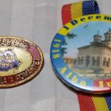 1 DECEMBRIE 1918 ZIUA NATIONALA A ROMANIEI - LOT DE 2 INSIGNE - Insigna