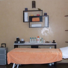 Vand salon urgent. mobilier coafor, aparatura.cosmetica.etc.la preturi f mici