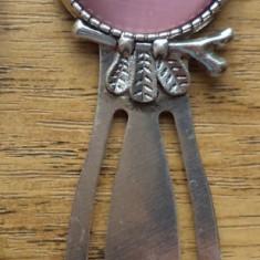 Semn de carte argintiu cu bufnita si cabochon ochi de pisica aubergine