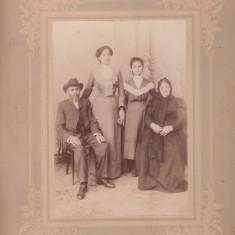 FOTOGRAFIE FAMILIE CU 2 TINERE 12x17 CM ATELIER OSEAS WEISS BUCURESTI, Sepia