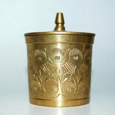 Cutiuta din alama masiva cu capac, decorata cu gravura manuala pentru pastile