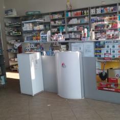 Mobilier de farmacie cu rafturi si vitrine