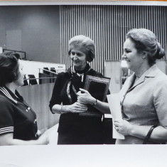 Fotografie cu Mia Groza la Natiunile Unite in compania altor participante, 1966 - Autograf