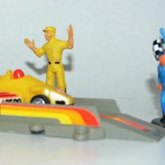 Masinuta cu arc si rampa de lansare RALIU +lot figurine - Jucarie de colectie