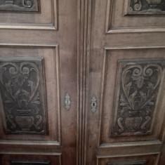 Dulap vechi, ornamentat, nuc