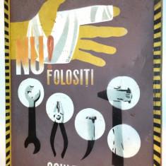 Afis vechi realizat pe tabla, SCULARIE, protectia muncii din perioada comunista