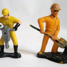 Lot 2 figurine vechi, vintage, muncitori, diorama, colectie, unul cu stanta 1985