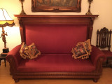 Canapea veche din lemn masiv in plus bordo