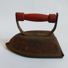 (T) Jucarie romaneasca de tabla, fier de calcat / calcator, anii '70-80, veche