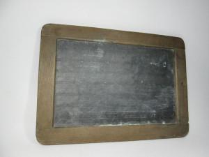 f Tablita veche de scoala pentru scris tabla negra cu linii si patratele