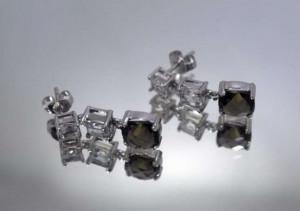 Cercei pendulari din aur alb de 14K cu quartz fumuriu si topaze albe
