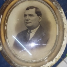 Tablou foarte vechi Fotografie semnata,Portret  barbat,rama lemn ovala superba