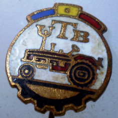 I.214 INSIGNA STICKPIN ROMANIA AUTO UTB UZINA TRACTORUL BRASOV TRACTOR V2 h19mm