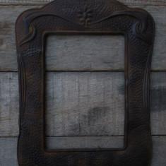 RAMĂ FOTO VECHE DIN ANII 1900 - FĂCUTĂ MANUAL DIN TABLĂ - FRUMOS DECORATĂ!, Ornamentale
