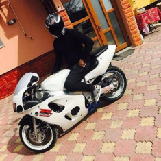 Vând sau schimb Suzuki srad 600 - Motocicleta
