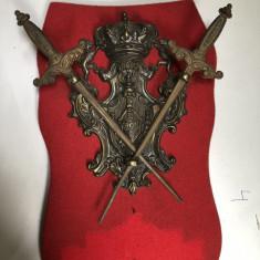 Panoplie veche,miniaturala,franceza,cu blazon si doua sabii,incrucisate