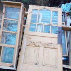 Mobila veche, masa, dulapuri, usi ferestre din lemn.