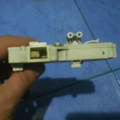 Incuietoare capac, usa Whirlpool - Piese masina de spalat