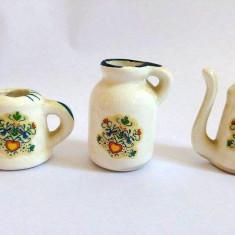 Lot 3 case ceramice miniatura, 2.5- 4.5 cm inaltime, cu decor cu inima si flori - Bibelou