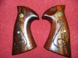 Plasele originale de arma vintage,maner pistol/arma de colectie cu monograma