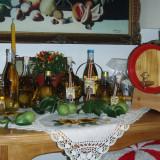 Sticle cu forme deosebite, cu pere crescute in ele si cu palinca de pere.