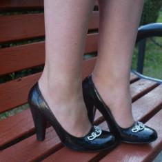 Pantof negru cu varf rotund cu insertii de cristale si toc inalt, gros (Culoare: NEGRU, Marime: 36) - Pantof dama
