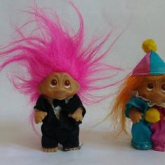 Lot 2 Papusa Troll (pitic, trol), cauciuc, 9cm, par roz si portocaliu, imbracati